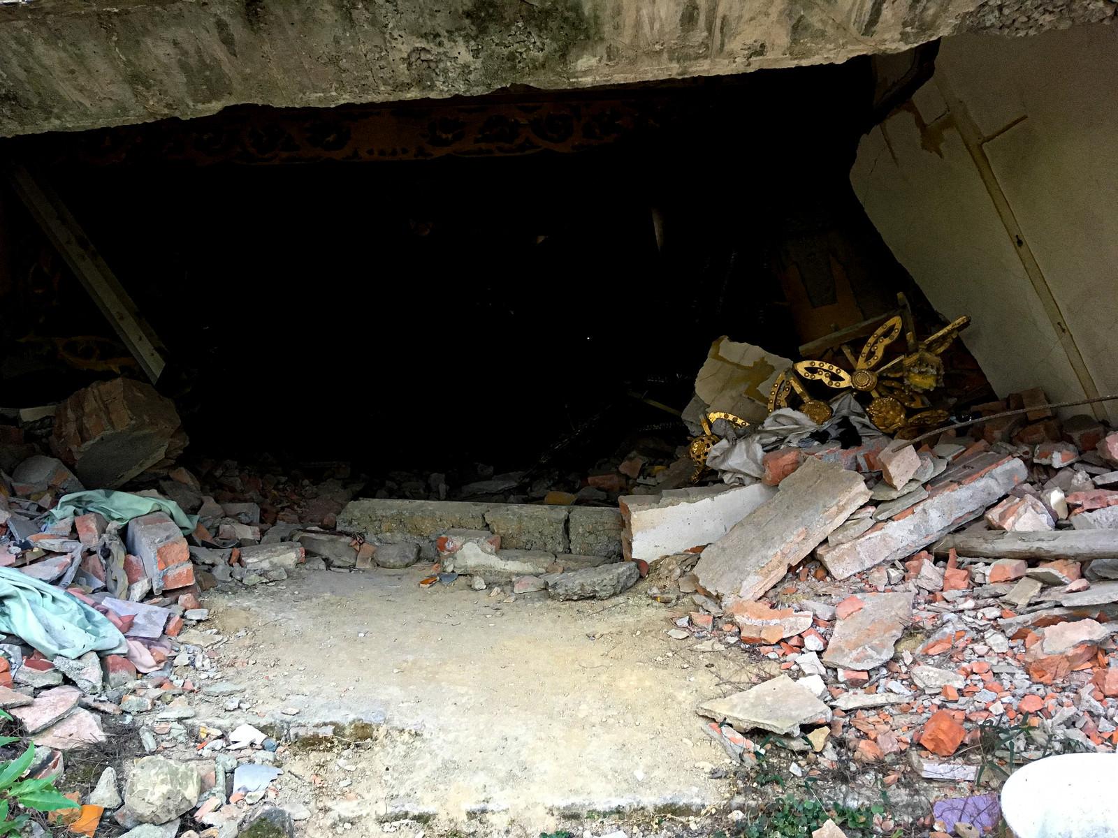 「地震で崩れた寺院の瓦礫(台湾)」の写真