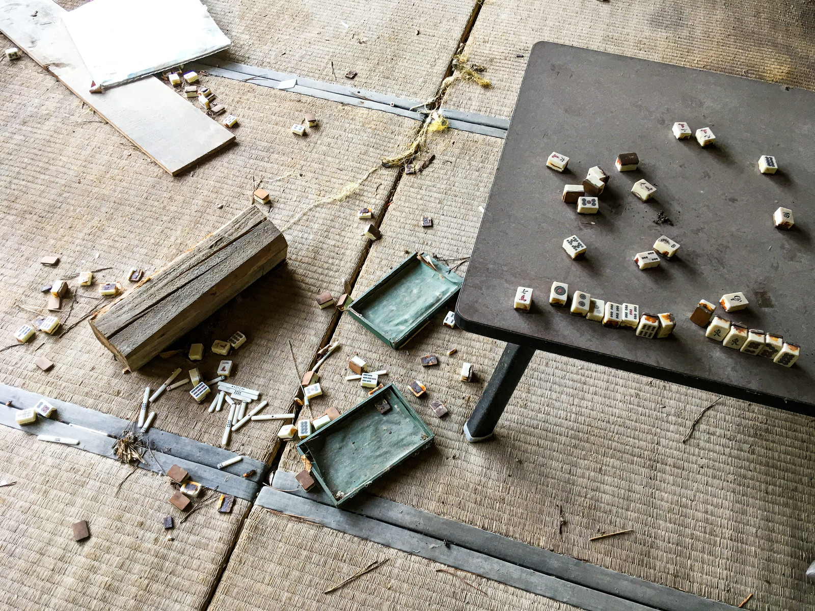 「廃屋の和室に散らばった麻雀牌」の写真