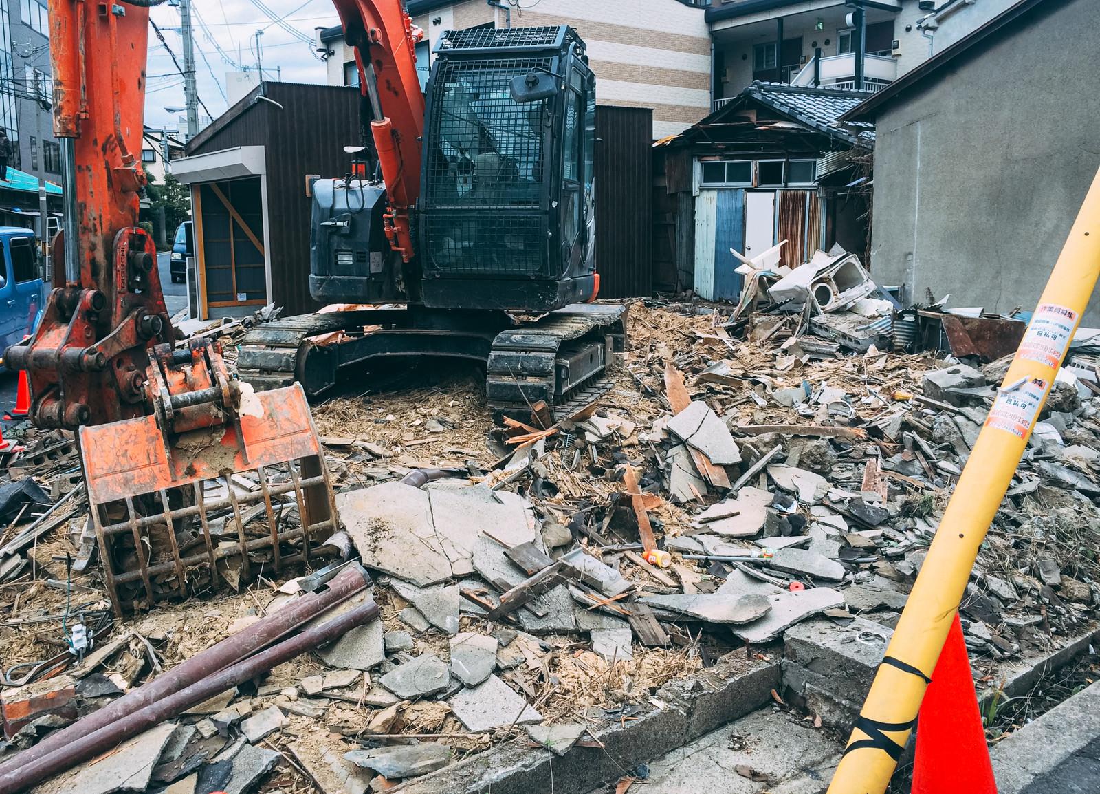「解体された瓦礫の山とショベルカー」の写真