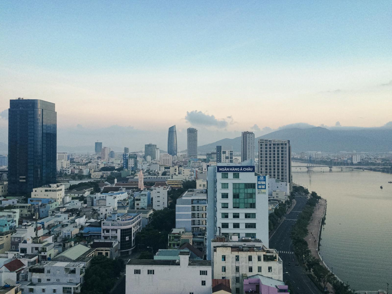 「一望するダナンのビル群(ベトナム)」の写真