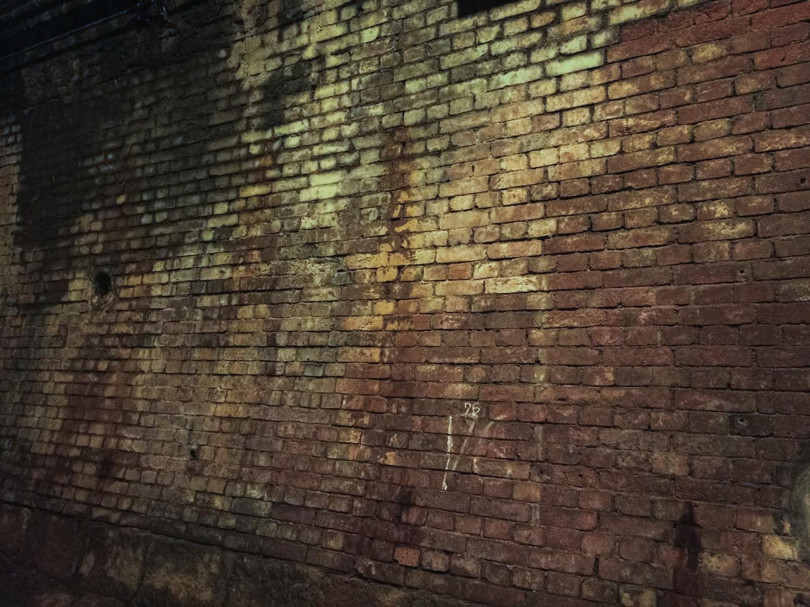 「古びた河川トンネルの壁(湊川隧道)」の写真