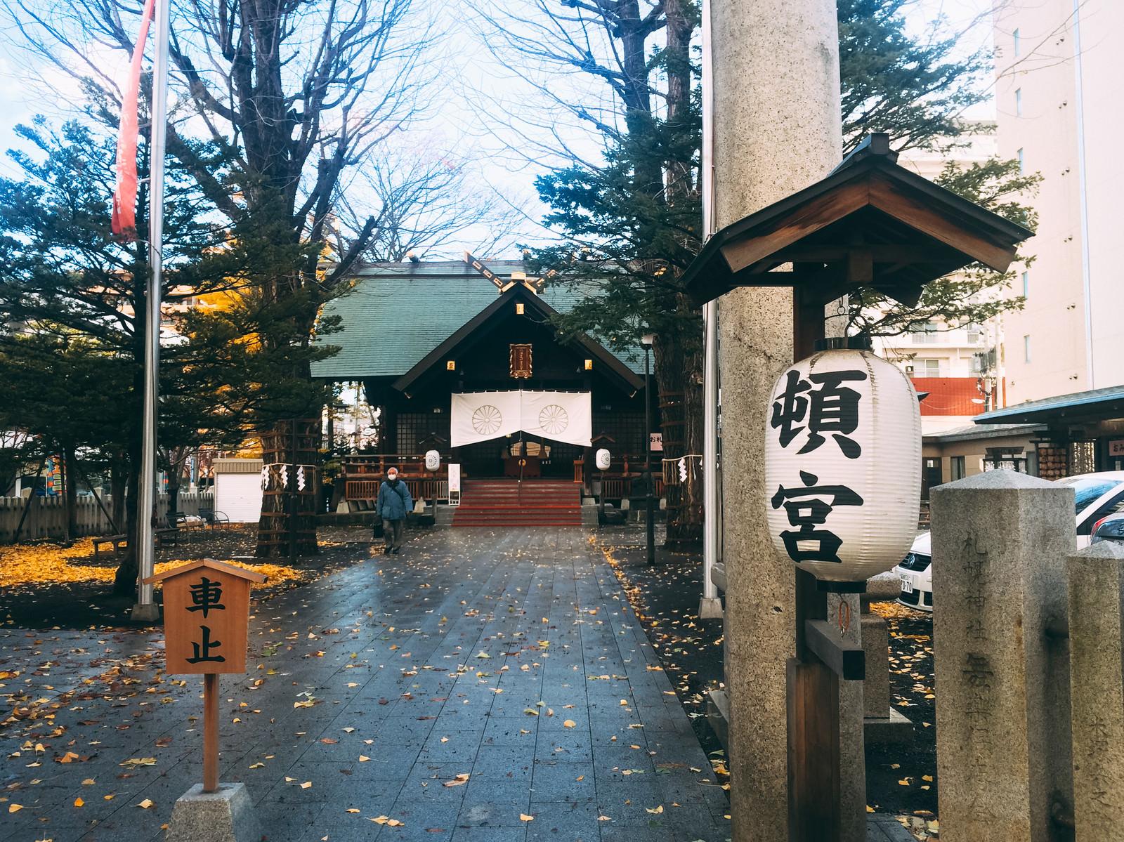 「北海道神宮頓宮と落ち葉」の写真