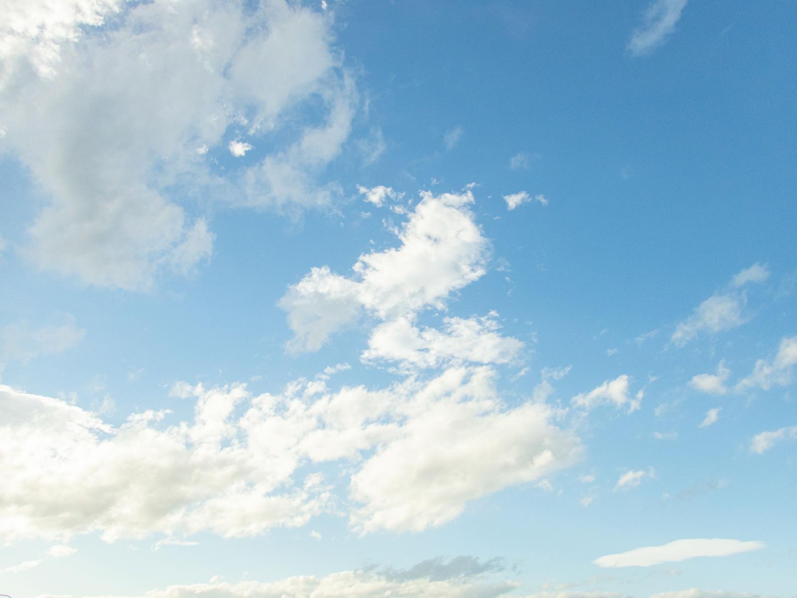 「澄んだ水色空に雲」の写真