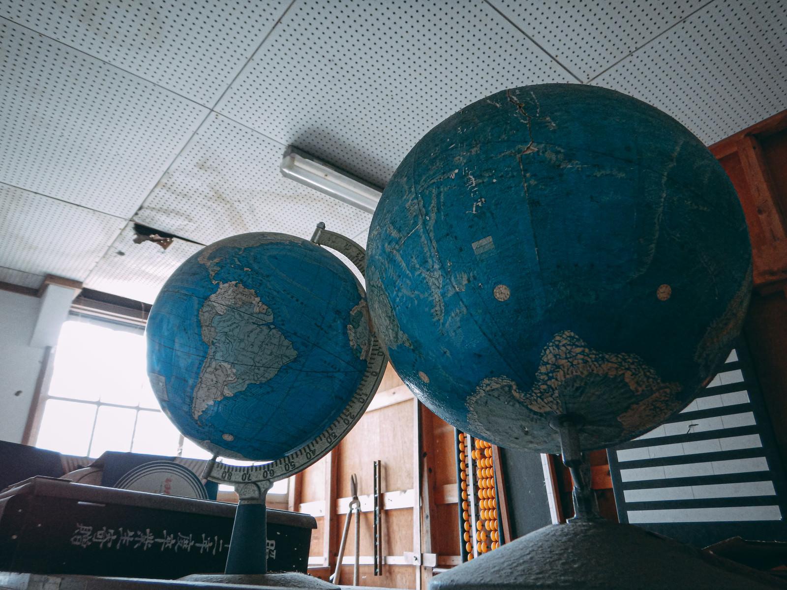 「廃校にあった古い地球儀」の写真