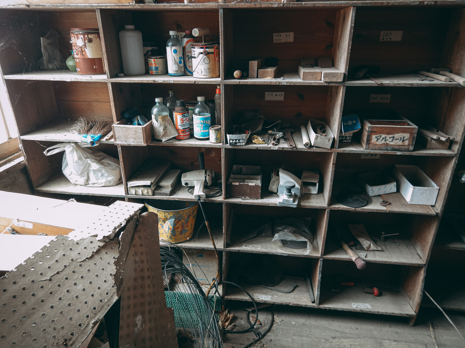 「廃校の用具棚」の写真