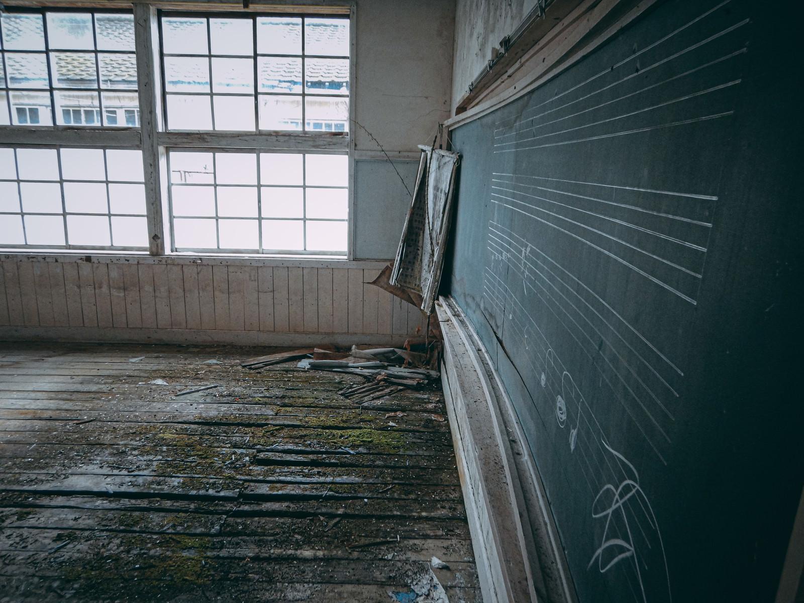 「静かな音色が聴こえてきそうな廃音楽室」の写真