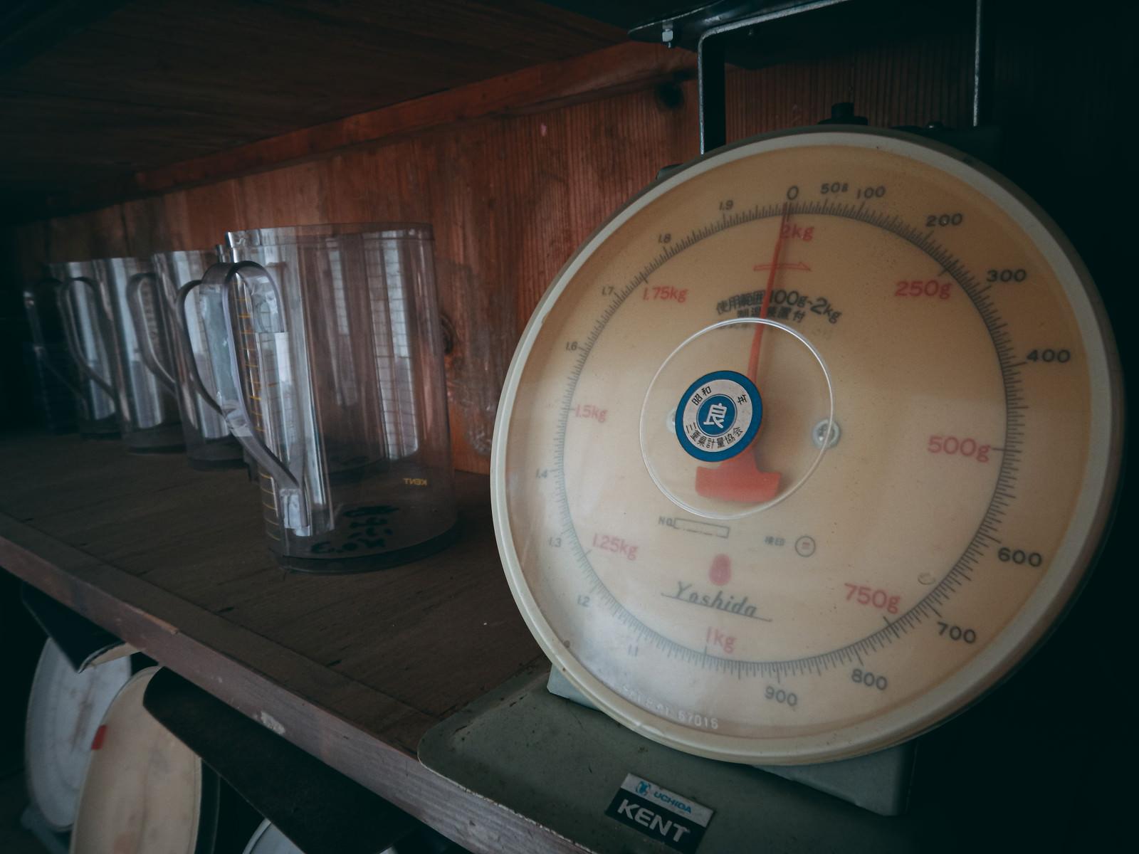 「長い間使われずに放置された上皿はかり」の写真