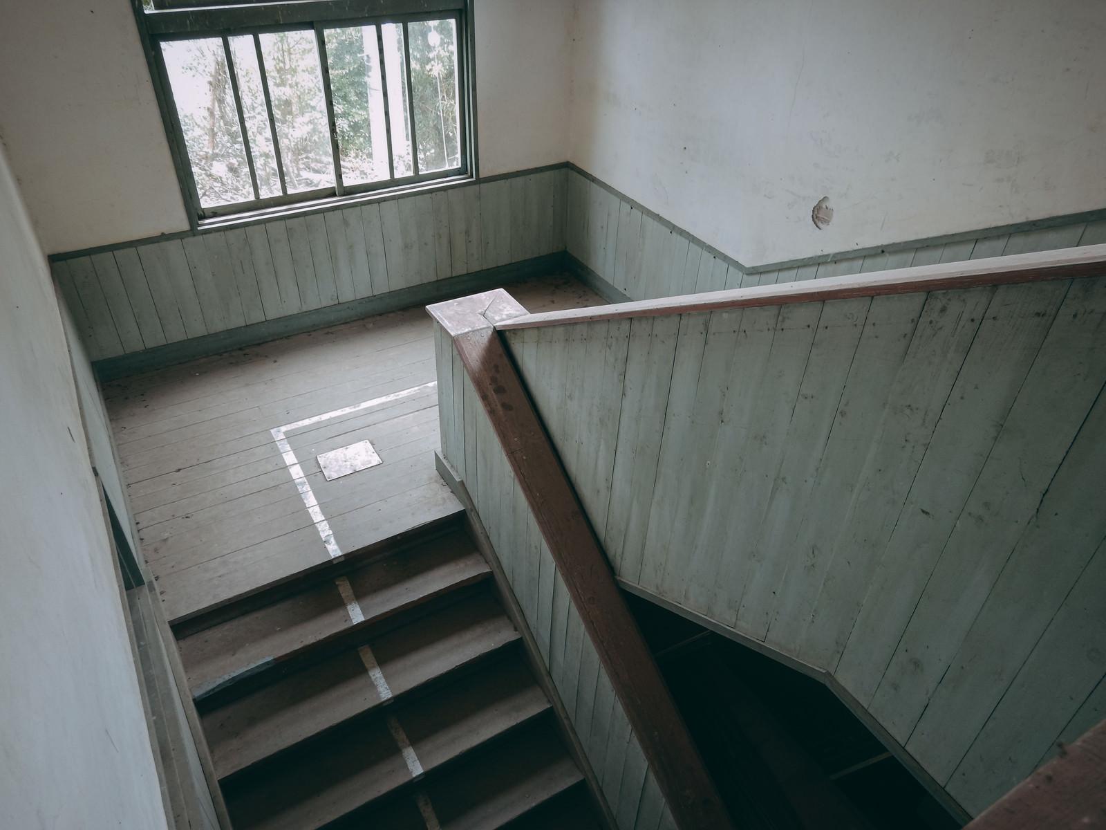 「三段飛びで駆け下りた思い出の階段(廃校)」の写真
