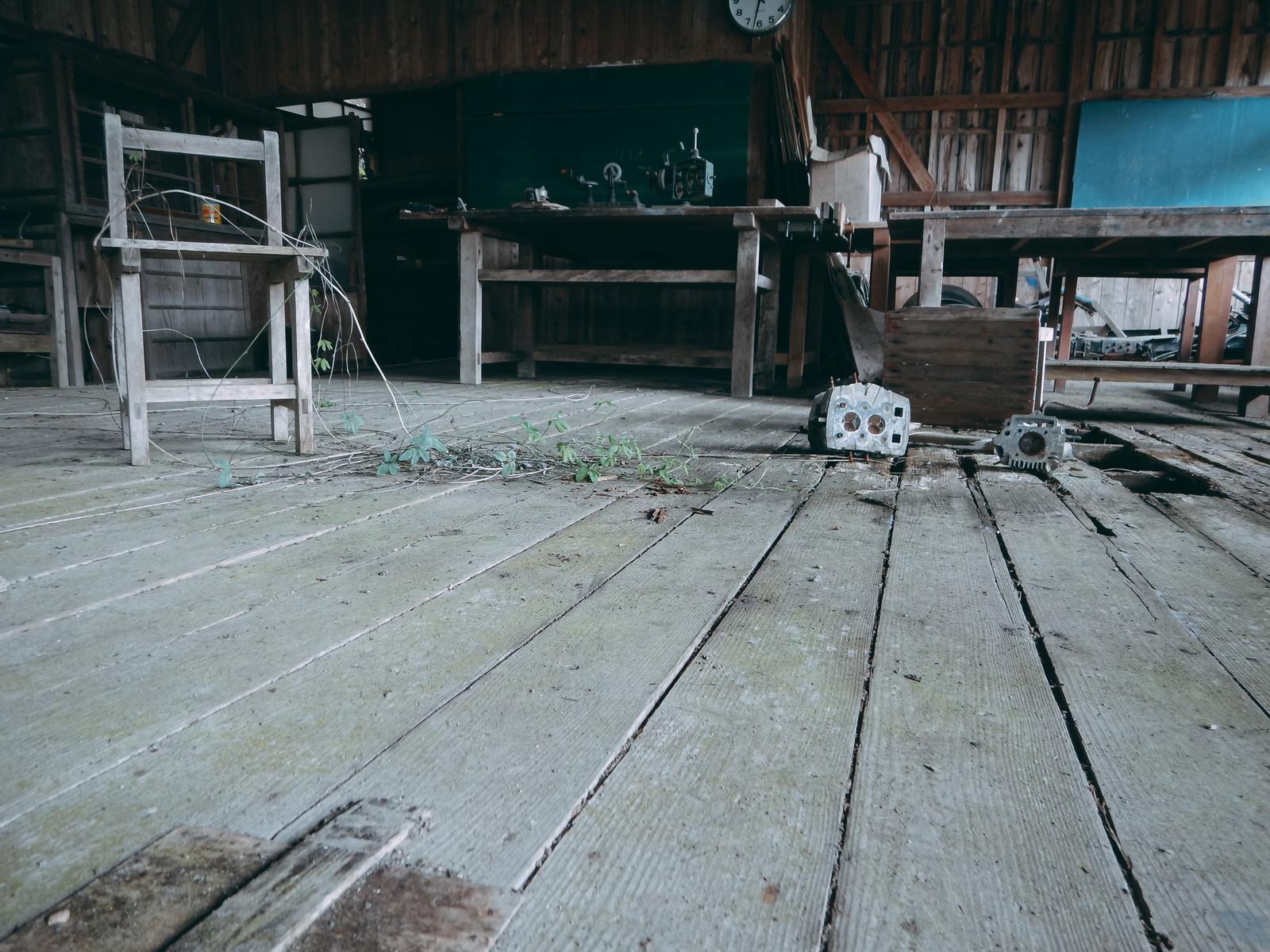 「荒れ果てた廃教室」の写真