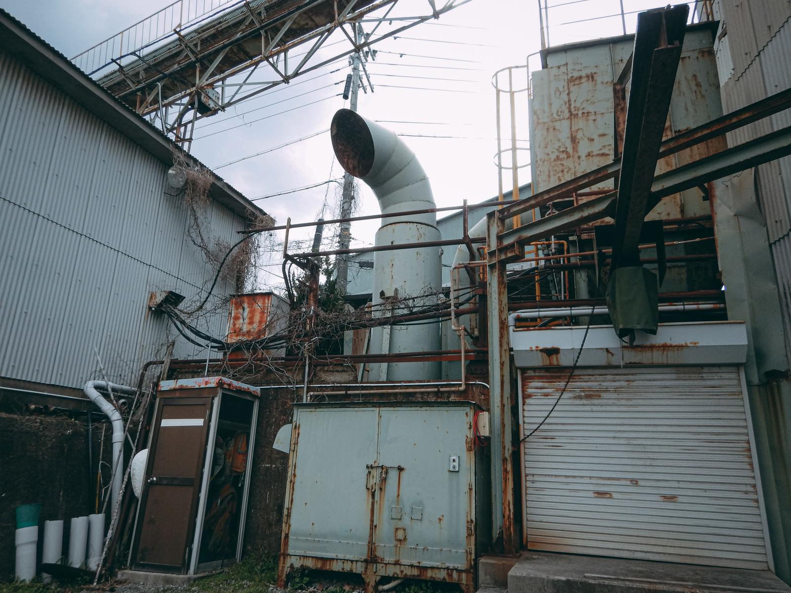 「配管と寂れた工場」の写真