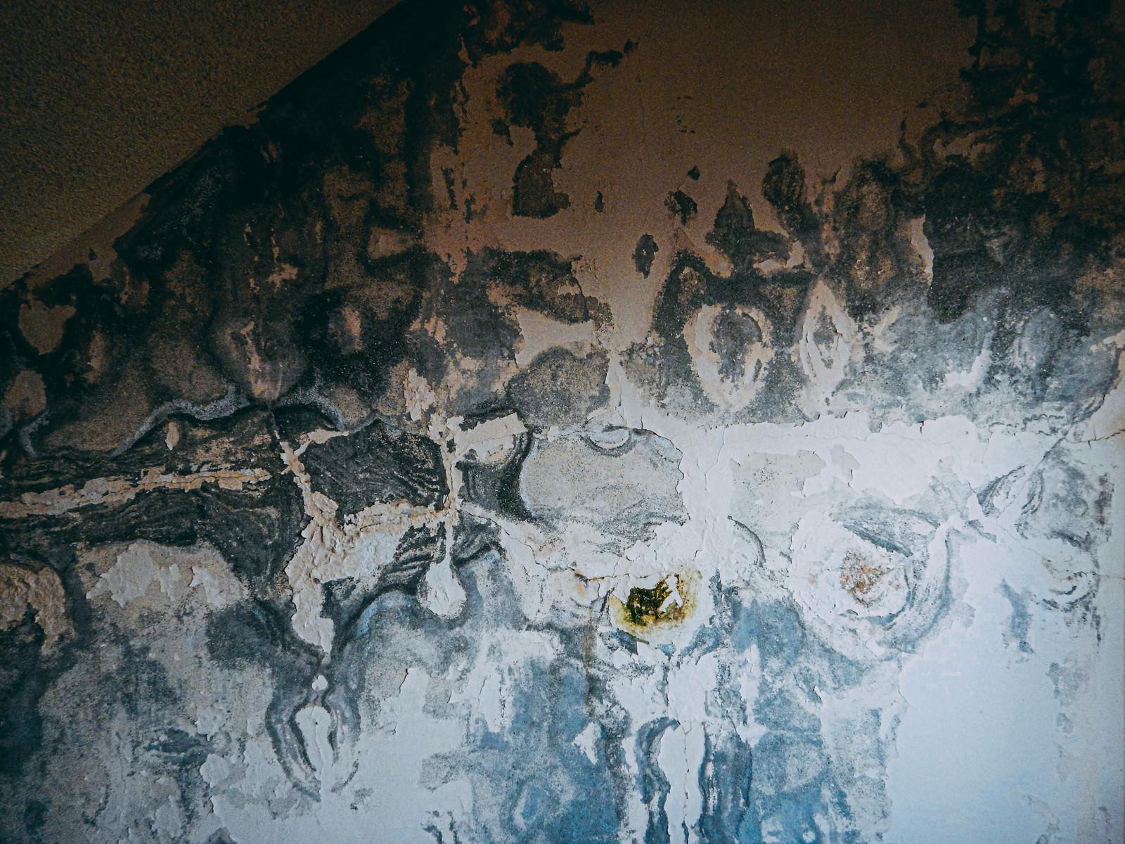 「錆びて汚れたタイル」の写真