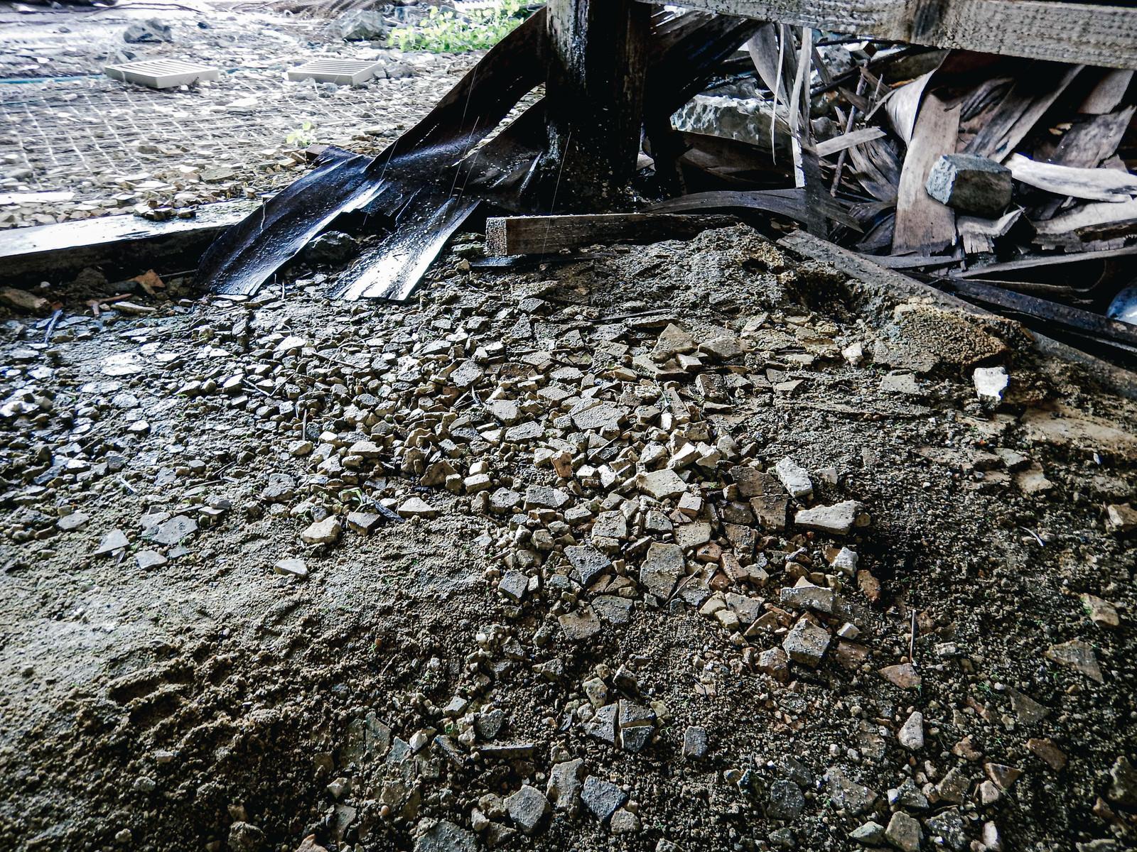 「剥がれて散らばる床下コンクリート」の写真