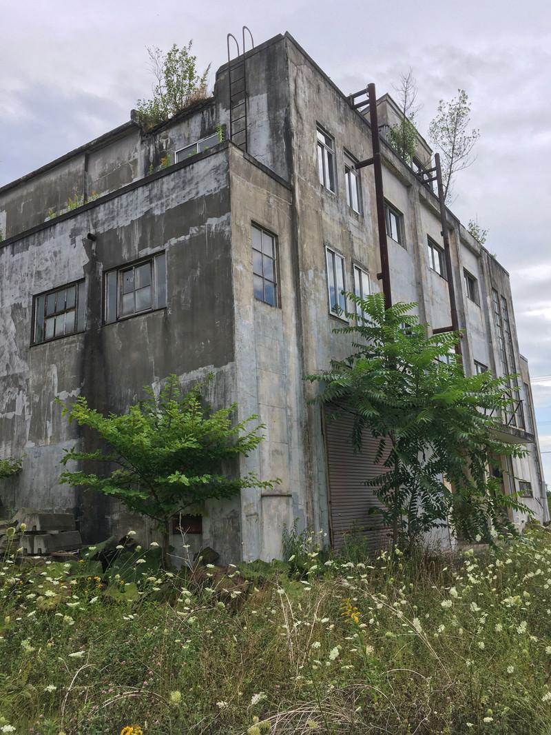 「廃屋となった美唄炭鉱の映画館」の写真