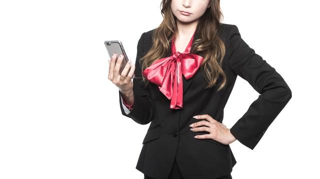 レスポンシブWebデザインを採用すべきかどうかで悩むWeb系女子の写真