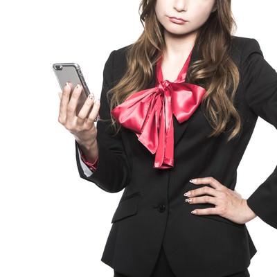 「レスポンシブWebデザインを採用すべきかどうかで悩むWeb系女子」の写真素材