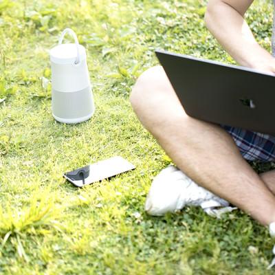 「屋外の作業でも音楽は欠かせないブロガー」の写真素材