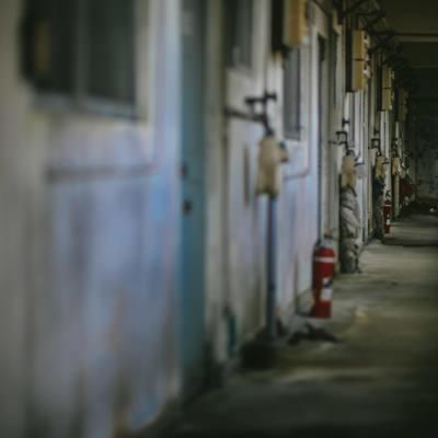 「無人の仄暗いマンション」の写真素材