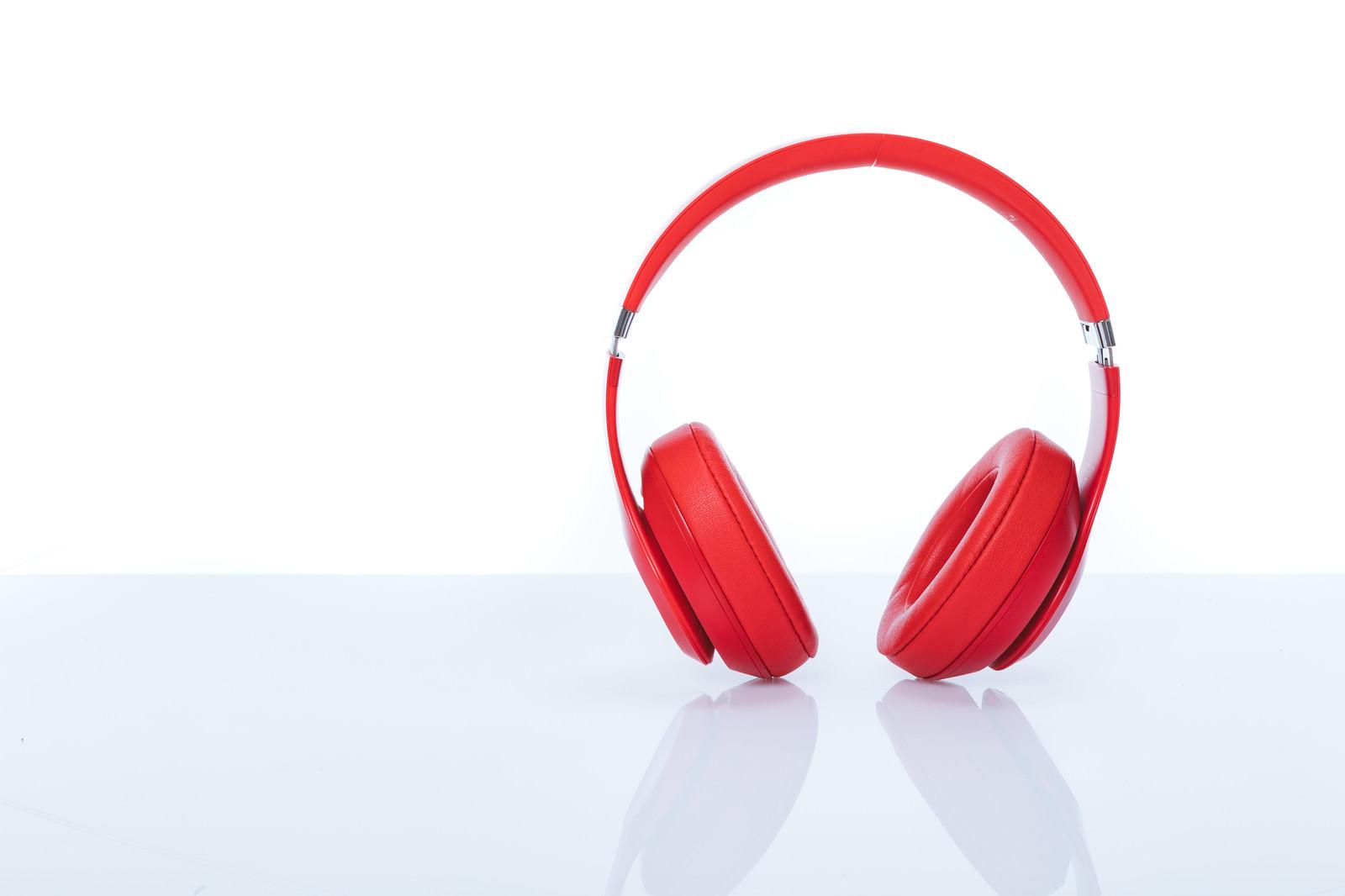 「赤いワイヤレスヘッドフォン」