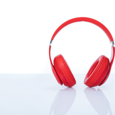 赤いワイヤレスヘッドフォンの写真