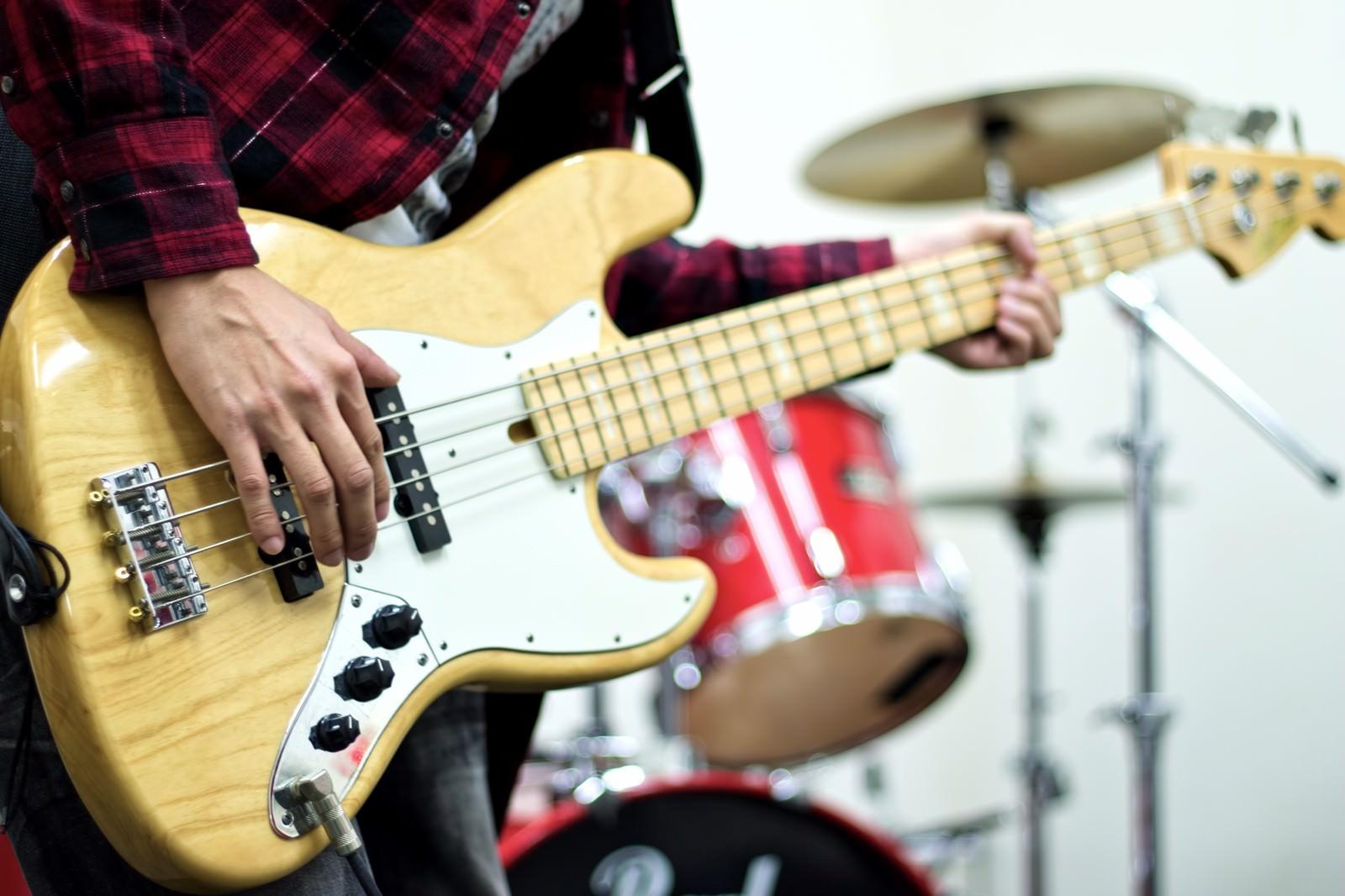 「スタジオでバンド練習(ベース)」の写真