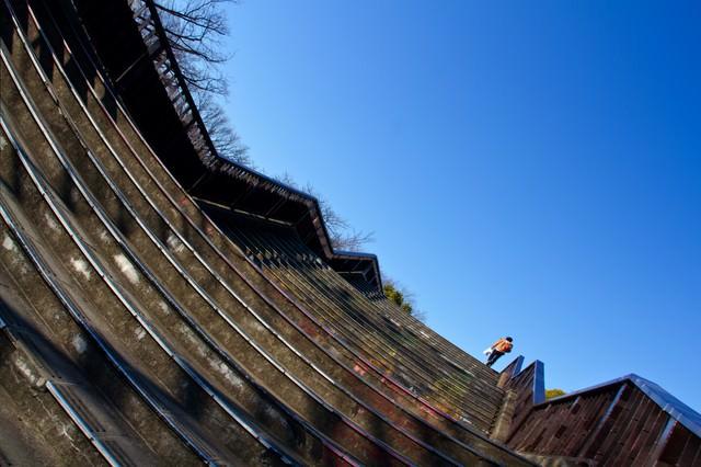 階段を登る男性の写真