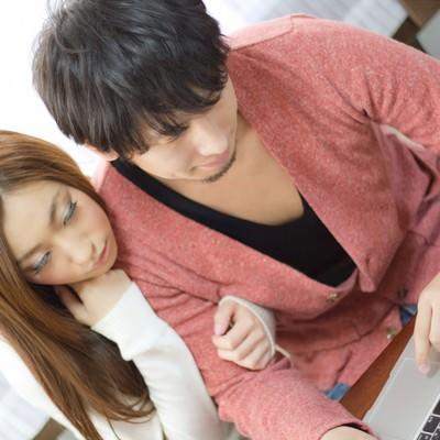 「ノートパソコンでネットを楽しむ二人(恋人)」の写真素材