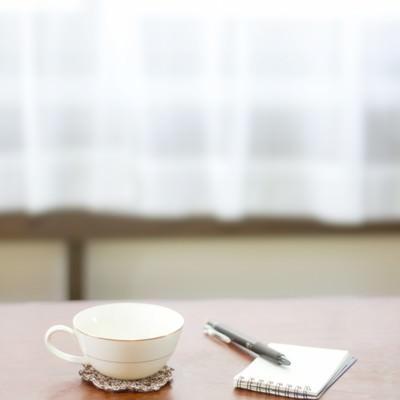 「コーヒーカップとメモ帳」の写真素材