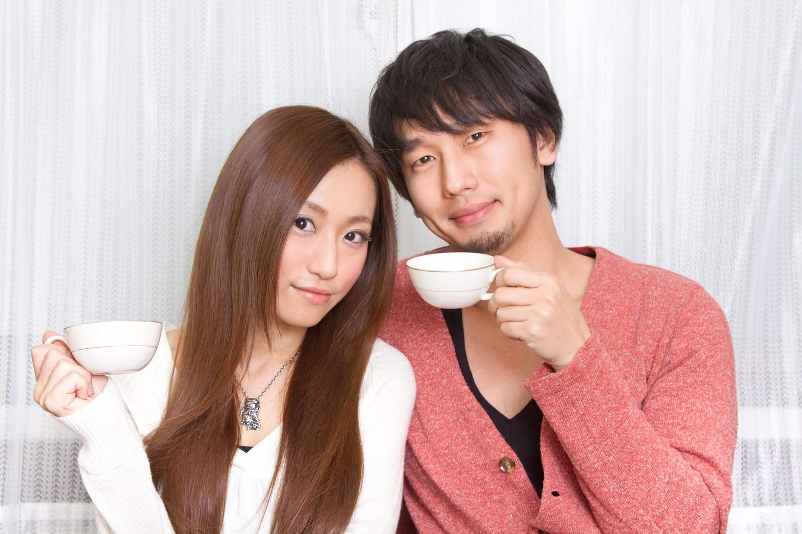 「二人でコーヒーカップを持つ若い夫婦」の写真[モデル:大川竜弥 北野佑々]