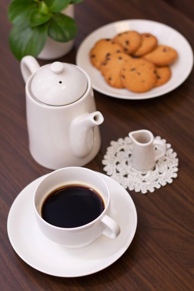 ティータイム(コーヒーカップやクッキー)の写真