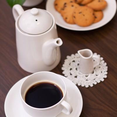 「ティータイム(コーヒーカップやクッキー)」の写真素材