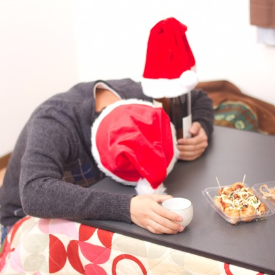 「クリぼっちでクリスマスを終える引きこもりの男性(酔いつぶれ)」の写真素材