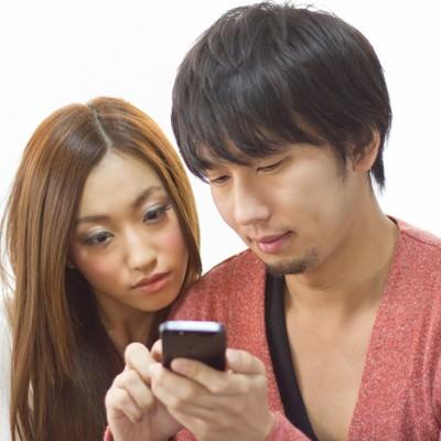 「スマホでショップ情報を確認する恋人」の写真素材