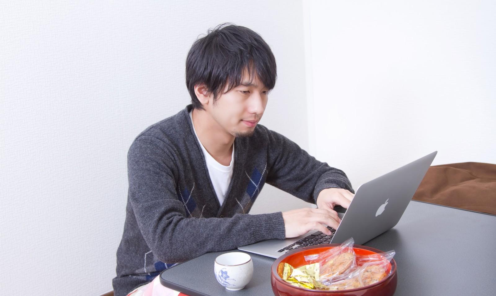 「こたつの上でパソコンを触る男性こたつの上でパソコンを触る男性」[モデル:大川竜弥]のフリー写真素材を拡大