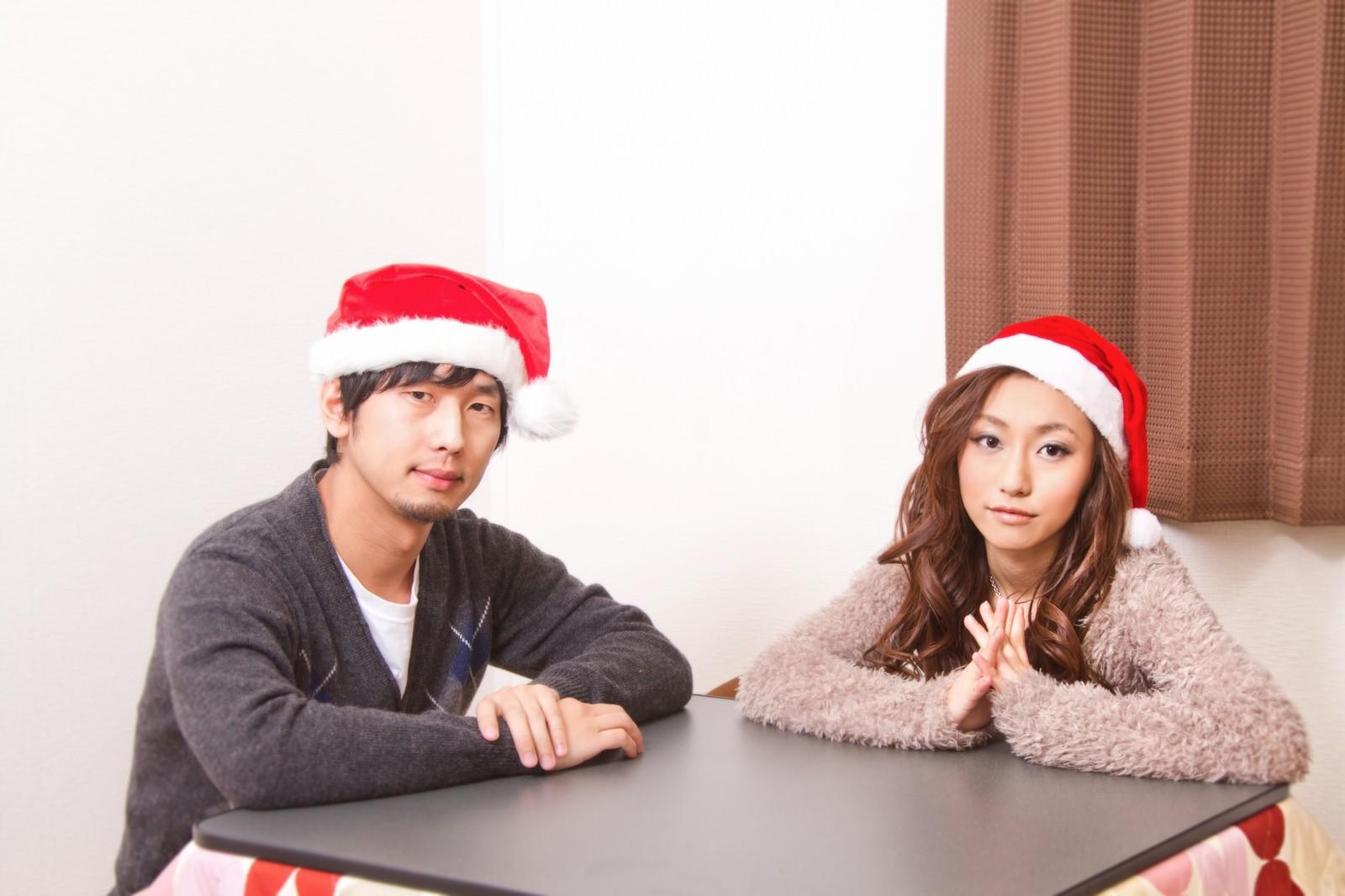 「サンタ帽子をかぶった男女」の写真[モデル:大川竜弥 北野佑々]