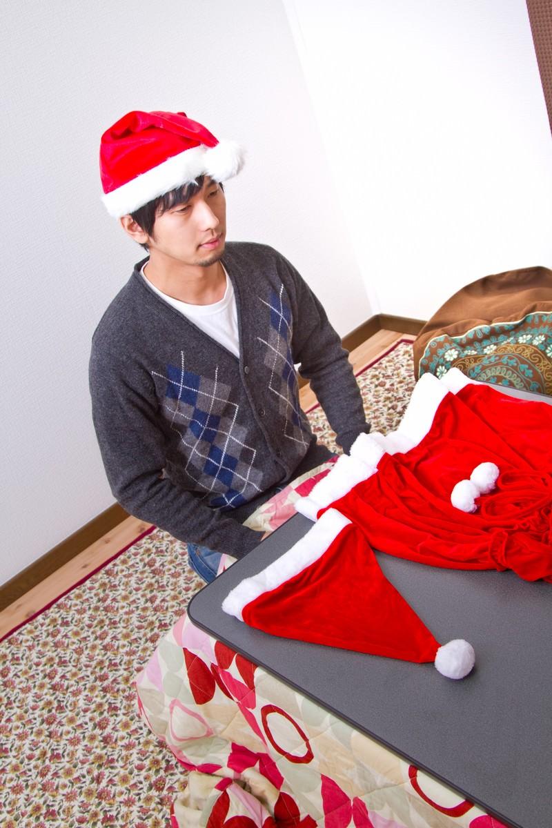 「サンタの衣装(女性用)を用意したけどクリぼっち」の写真[モデル:大川竜弥]