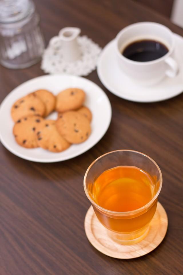 お茶とコーヒーとクッキーの写真