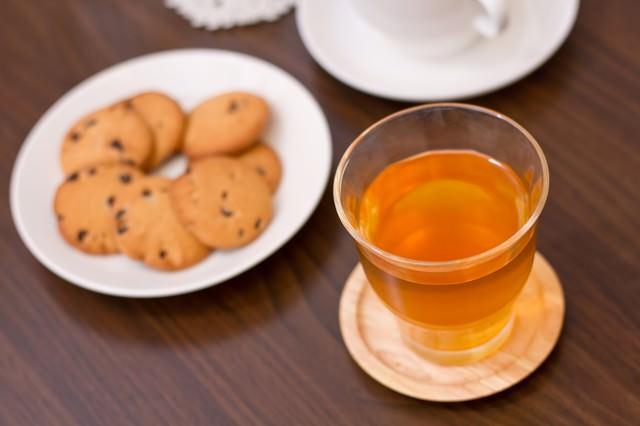 紅茶とクッキーのティータイムの写真