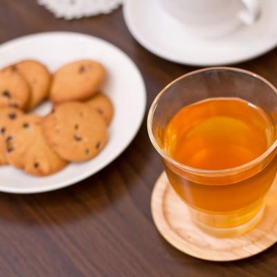 「紅茶とクッキーのティータイム」の写真素材