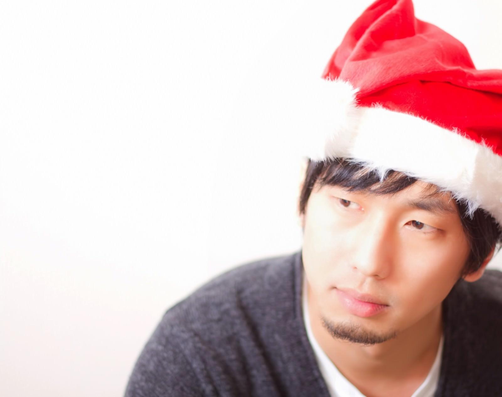 「サンタ帽子をかぶった男性サンタ帽子をかぶった男性」[モデル:大川竜弥]のフリー写真素材を拡大