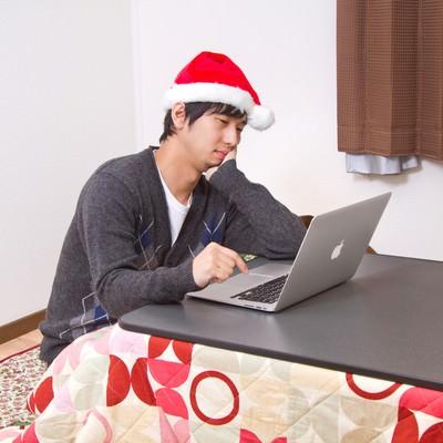 「『世間はリア充ばかりか』とクリスマスをネットしながら孤独に過ごす男性」の写真素材