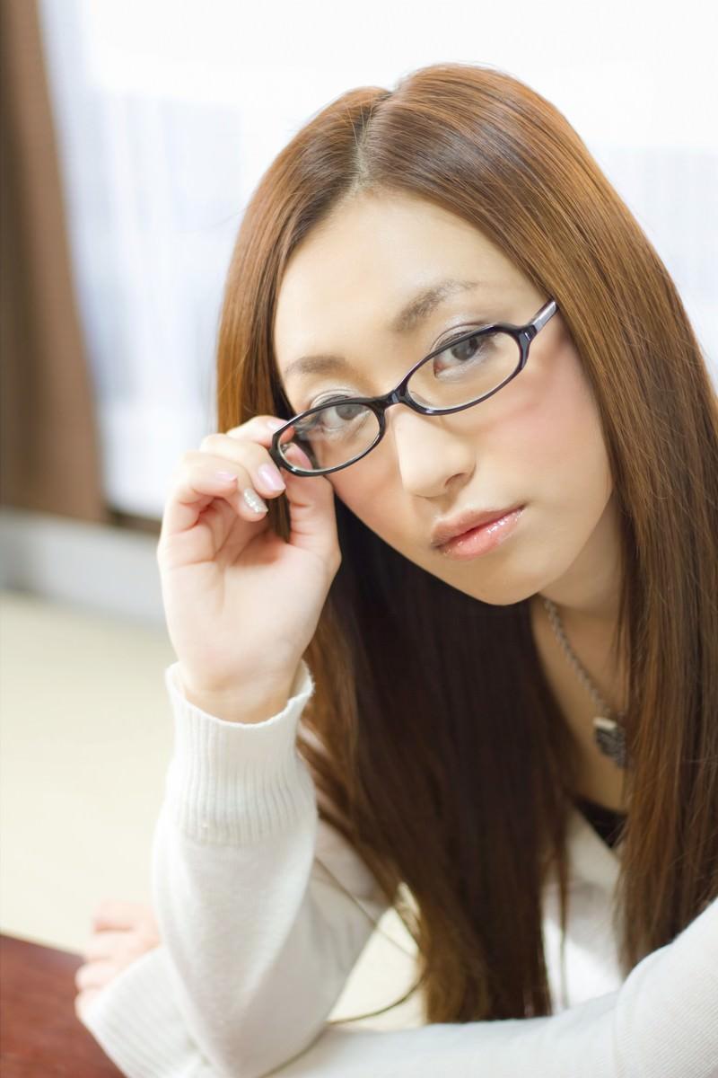 「メガネの位置を直す女性」の写真[モデル:北野佑々]