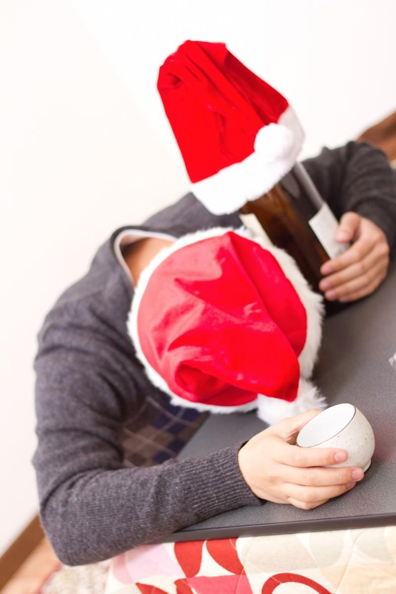 「クリスマスにこたつの上で酔いつぶれる男性」の写真[モデル:大川竜弥]