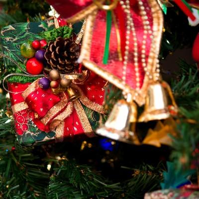 クリスマスのプレゼントとツリーの写真