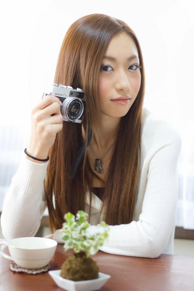 レトロなカメラを持つ女性の写真