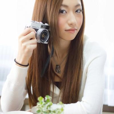 「レトロなカメラを持つ女性」の写真素材