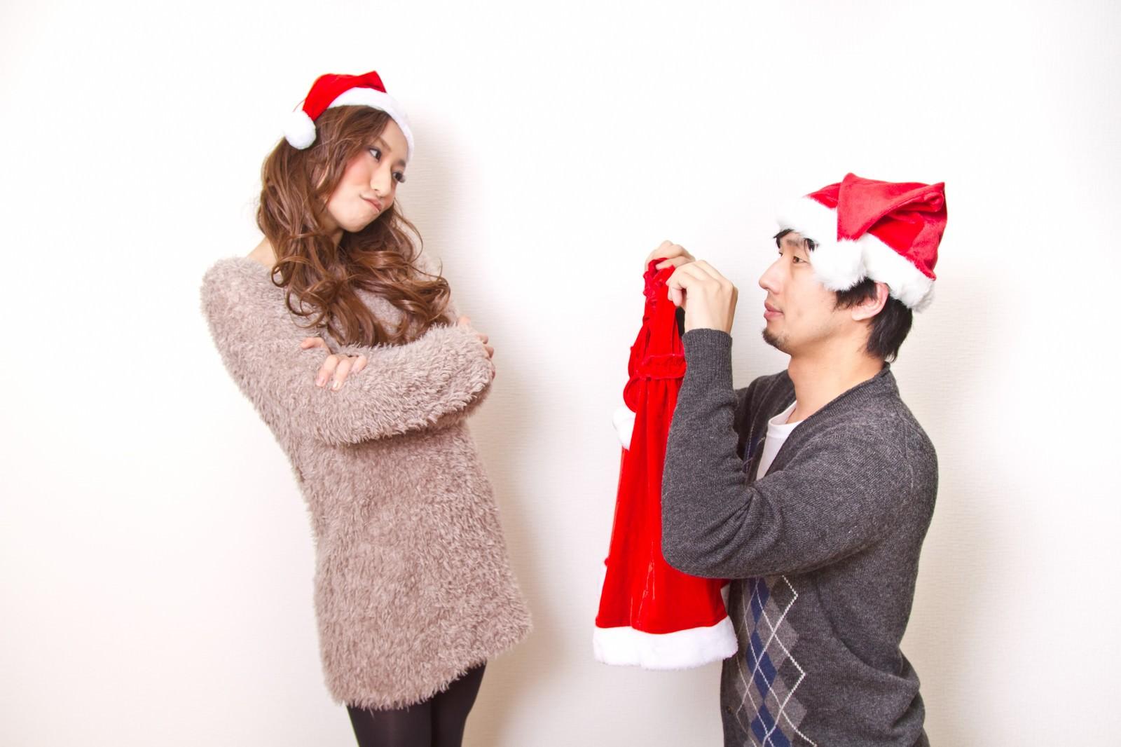 「サンタの衣装をお願いする男性」の写真[モデル:大川竜弥 北野佑々]