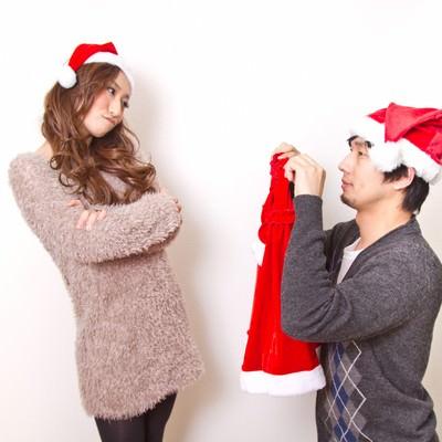 「サンタの衣装をお願いする男性」の写真素材