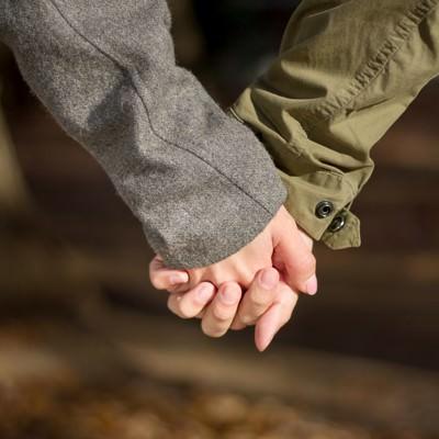 「手を握り合う恋人」の写真素材