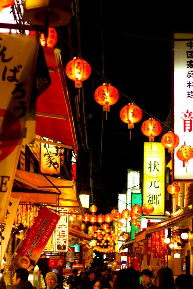 夜の横浜中華街のにぎわいの写真