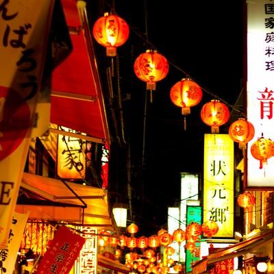「夜の横浜中華街のにぎわい」の写真素材
